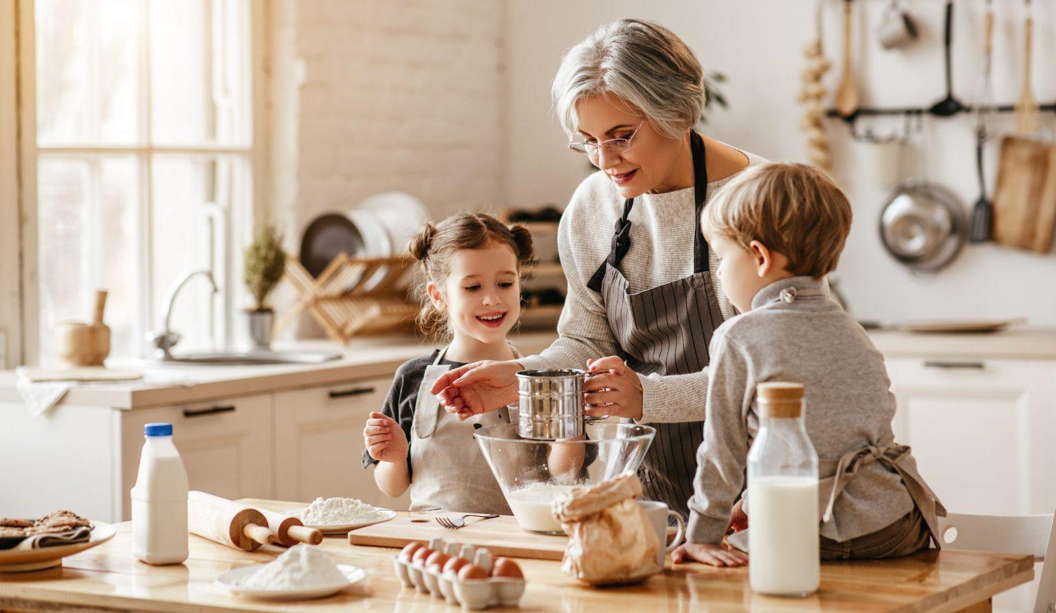 Mamie cuisine avec ses petits enfants